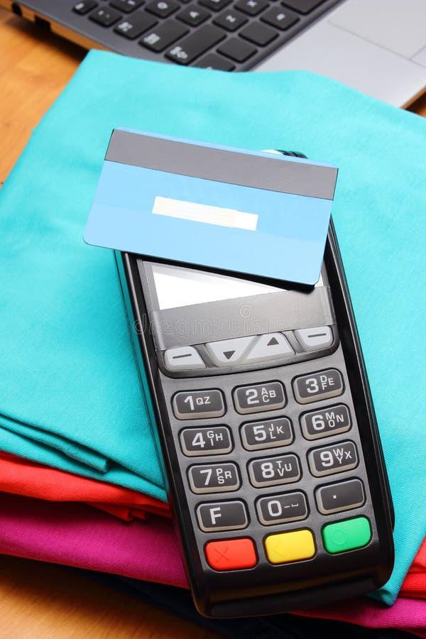 Use o terminal do pagamento com o cartão de crédito sem contato pagando por compras imagem de stock