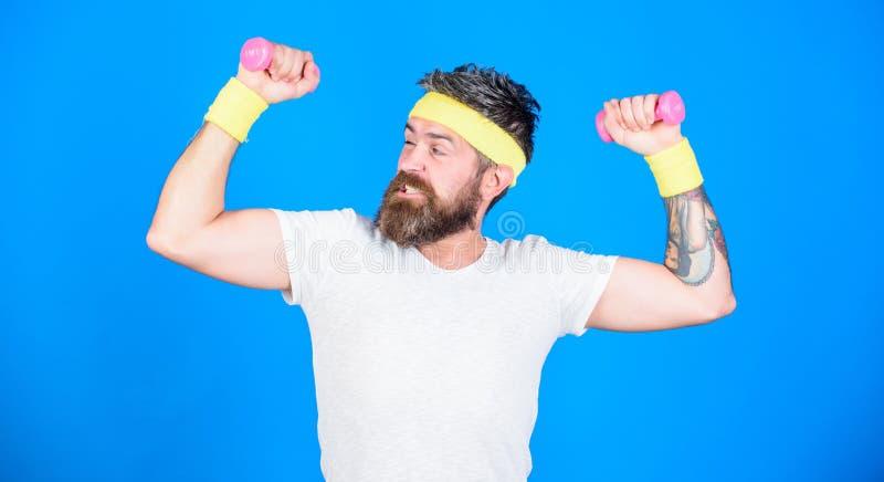 Use pesos ou pesos Atleta farpado do homem que exercita o peso Treinamento do atleta com peso min?sculo motivated imagem de stock