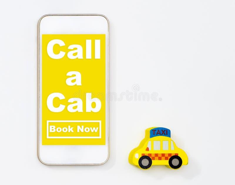 Use seu móbil para chamar acima de um tampão do táxi foto de stock