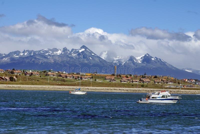 Ushaia, Argentyna od Beagle kanału z łodziami w schronieniu, fotografia stock