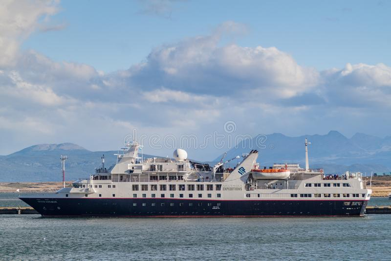 USHUAIA ARGENTINA - MARS 8, 2015: Silversea expeditioner sänder i en port av Ushuaia, den Tierra del Fuego ön, Argenti arkivfoto