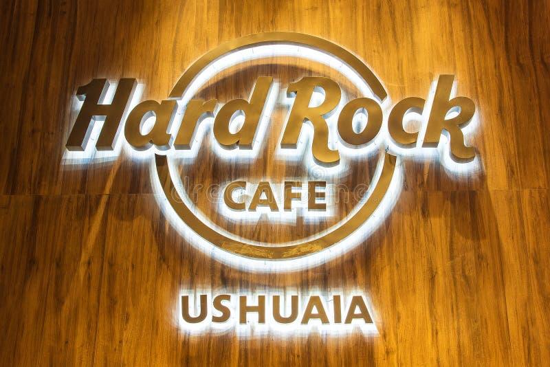 USHUAIA, ARGENTINE - 8 AVRIL 2019 : Logo rougeoyant de Hard Rock Cafe Ushuaia la nuit photo libre de droits