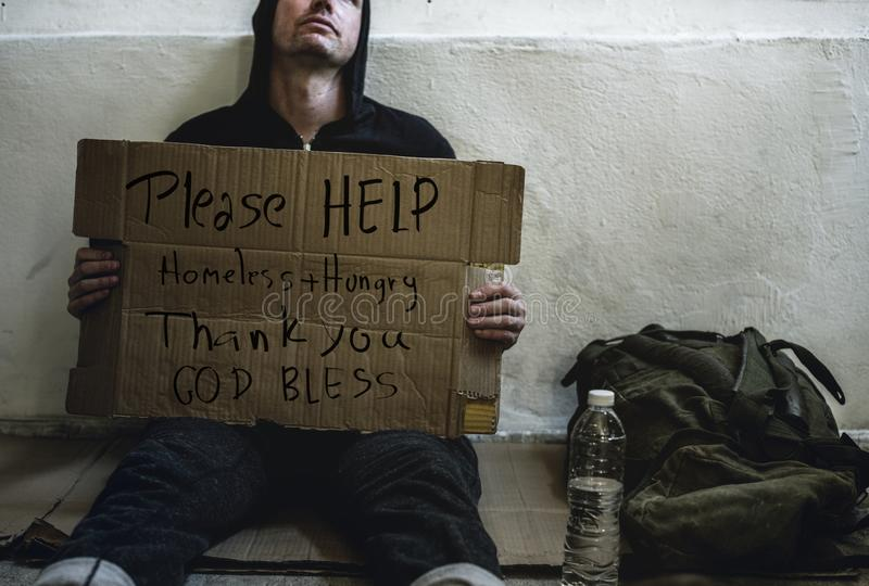 Usilnej prośby pomocy ludzie bezdomni z głodem fotografia royalty free