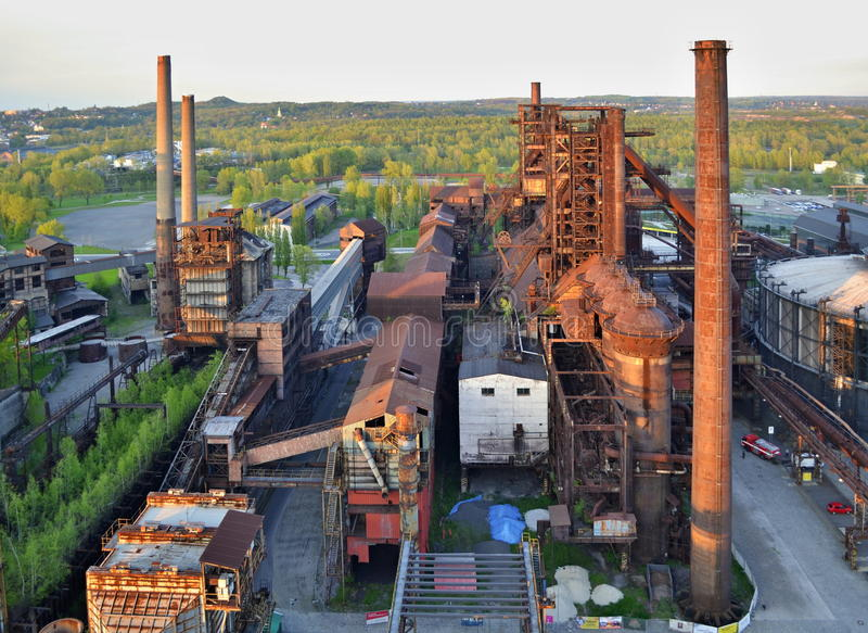 Usine abandonnée de ferronneries avec la forêt à l'arrière-plan image stock