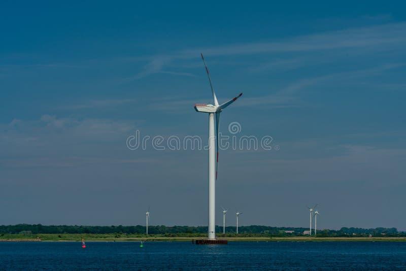 Usine côtière d'énergie éolienne à la mer baltique image stock