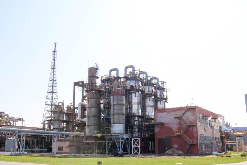 Usine chimique pour le traitement des produits pétroliers avec des colonnes de rectification, réacteurs, échangeurs de chaleur, t images stock