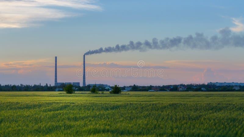 Usine d'énergie hydroélectrique sur le fond du fi de floraison vert photos libres de droits