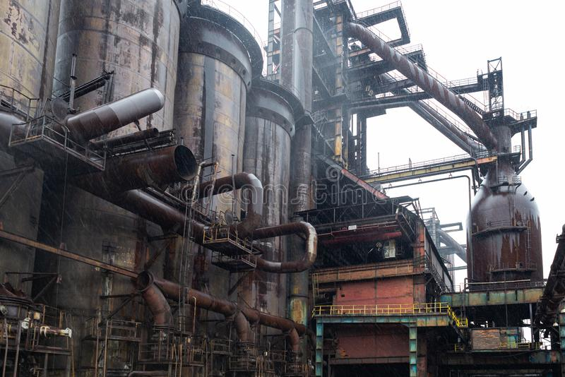 Usine d'usine industrielle, valves de haut fourneau, vieux rouillé en acier lourd de technologie manufacturière photo stock
