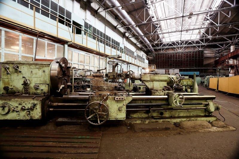 Usine d'usine avec la machine dans la chambre photos libres de droits