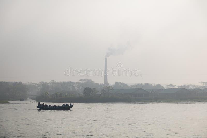 Usine de brique sur une rivière au Bangladesh un matin flou photo libre de droits
