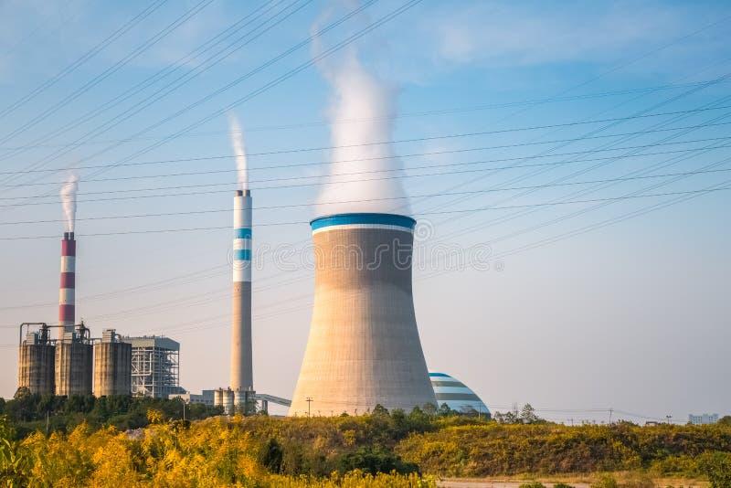 Usine de centrale à charbon pendant l'après-midi photographie stock