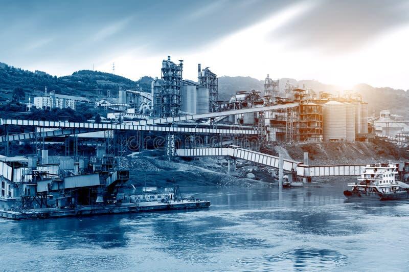 Usine de ciment sur le fleuve Yangtze photo libre de droits