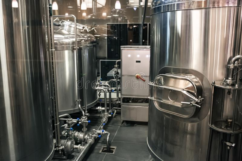 Usine de fabrication de brasserie Cuves ou réservoirs d'acier inoxydable avec des tuyaux, petit équipement de brassage, productio photo stock