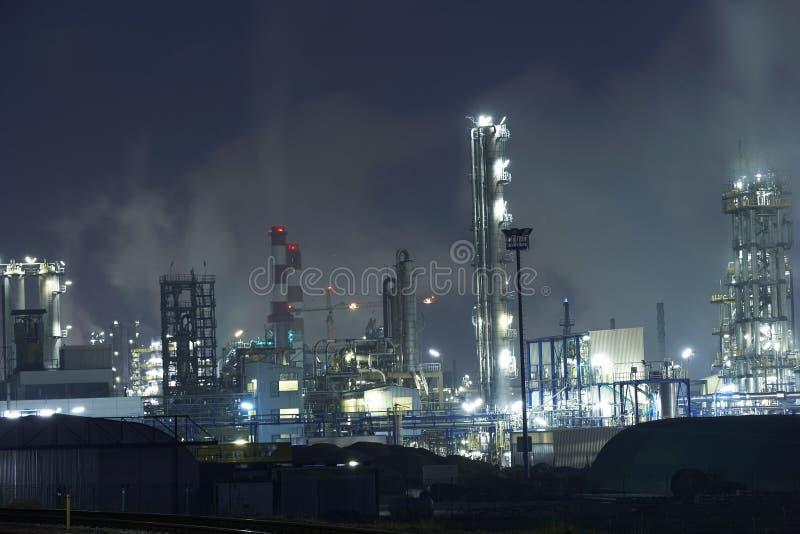 Usine de production d'électricité la nuit images libres de droits