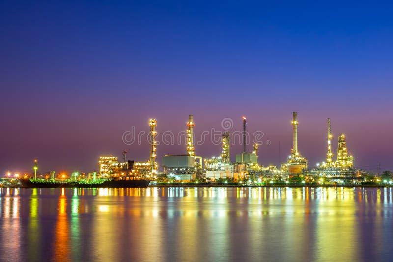 Usine de raffinerie de pétrole au lever de soleil, Bangkok Thaïlande photo stock