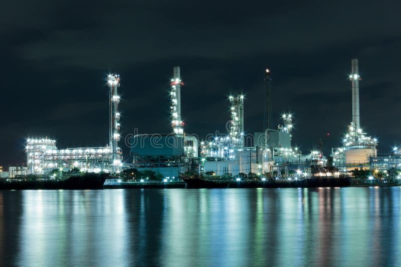 Usine de rivière et de raffinerie de pétrole avec la réflexion à Bangkok, Thail photo stock