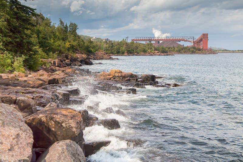 Usine de Taconite sur le rivage du lac Supérieur image libre de droits
