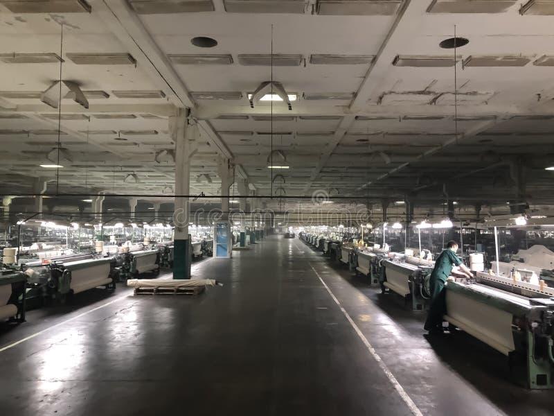 Usine de textile de l'intérieur avec beaucoup de machines à tricoter photo stock