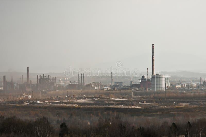 Usine en acier émettant la pollution image stock