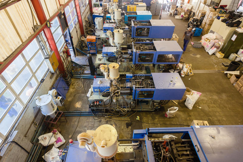 Usine en plastique de moulage par injection images stock