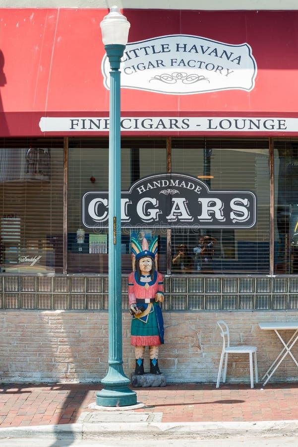 Usine faite main de cigare à peu de La Havane, Miami image stock
