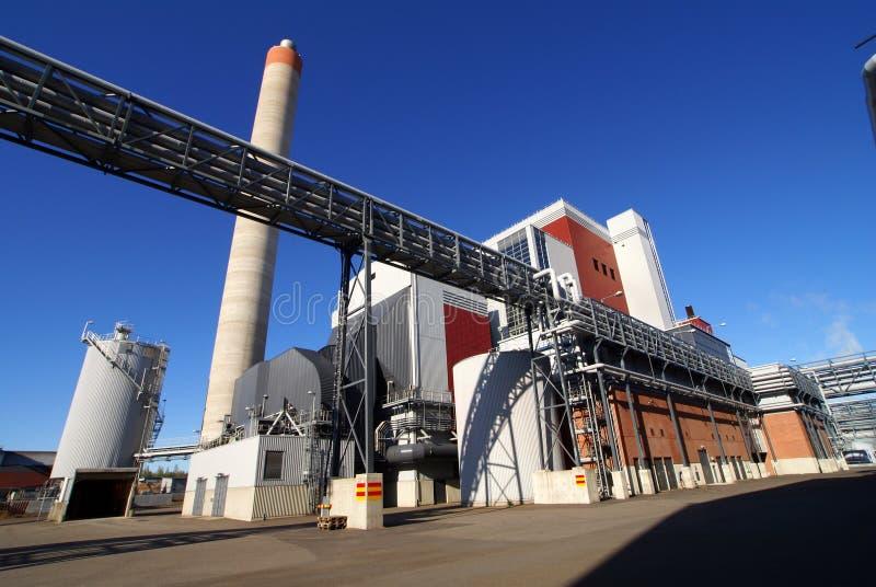 Usine industrielle moderne avec le ciel bleu de cheminée images libres de droits