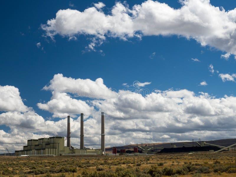 Usine mise le feu par charbon de puissance avec des réserves de charbon images libres de droits