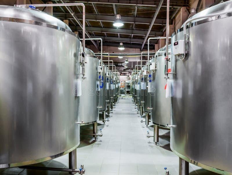 Usine moderne de bière Réservoirs en acier pour la fermentation de bière photographie stock