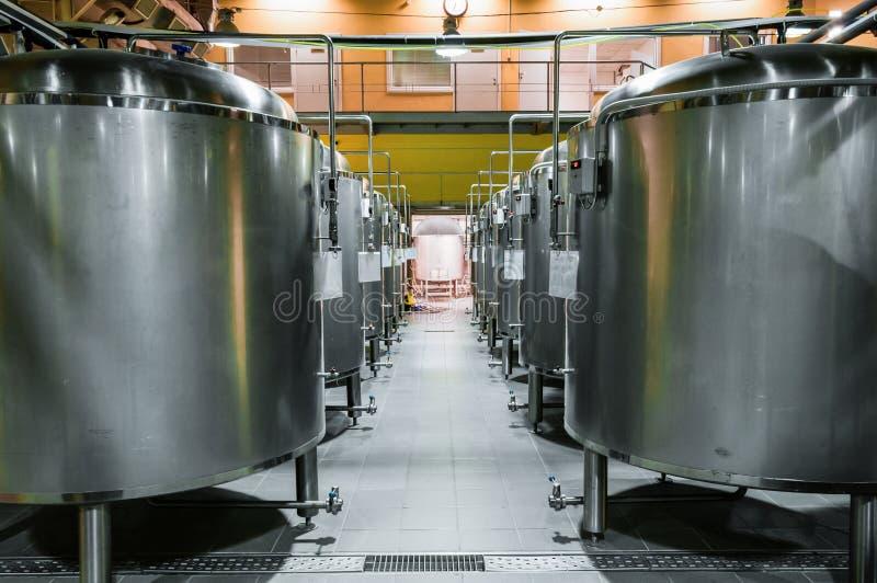 Usine moderne de bière Rangées des réservoirs en acier pour la bière de stockage image stock