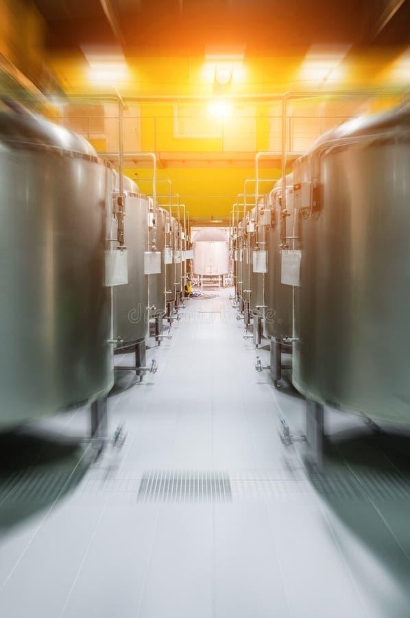 Usine moderne de bière Rangées des réservoirs en acier pour la bière de stockage images stock