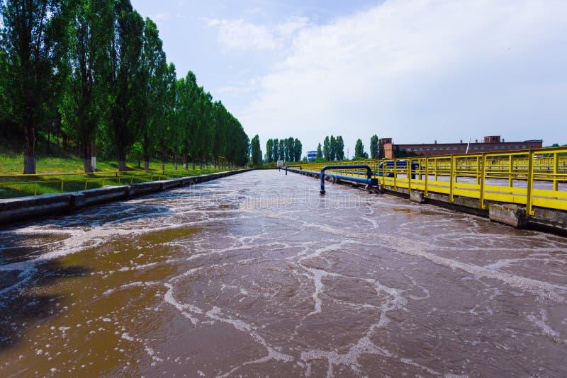 Usine moderne de traitement des eaux résiduaires Réservoirs pour l'aération et la purification biologique des eaux d'égout photographie stock