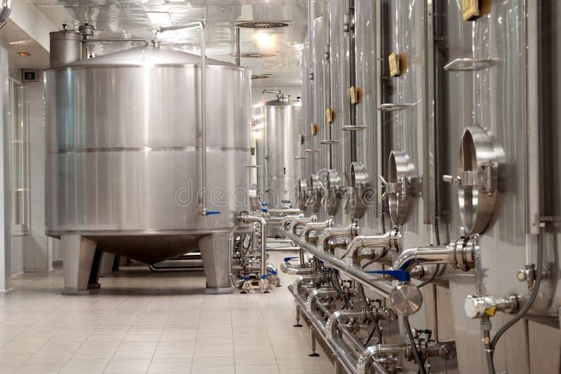 Usine moderne de vin avec de grands réservoirs pour la fermentation image libre de droits