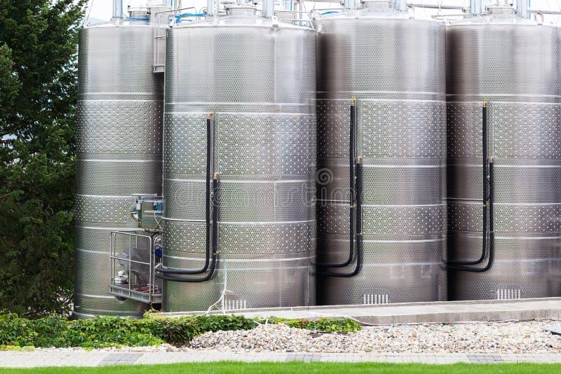 Usine moderne de vin avec de grands réservoirs photographie stock libre de droits