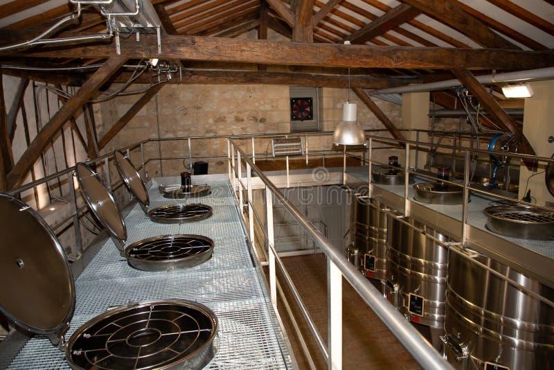 Usine moderne de vin avec de nouveaux grands réservoirs pour la fermentation Cave moderne avec des réservoirs d'acier inoxydable photo stock