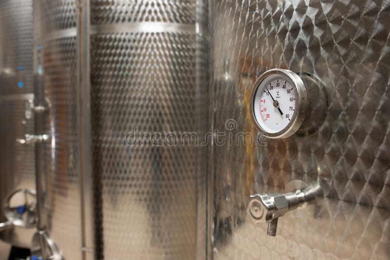 Usine moderne de vin avec de nouveaux grands réservoirs pour la fermentation M photo libre de droits