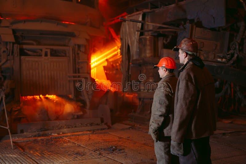 Usine pour la production de l'acier Un four de fonte électrique Portrait de travailleur photos stock
