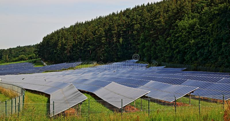 Usine solaire dans le domaine, photovoltaïque photos libres de droits