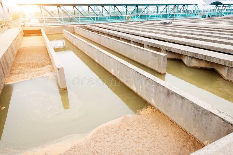 Usine urbaine moderne de traitement des eaux résiduaires images stock