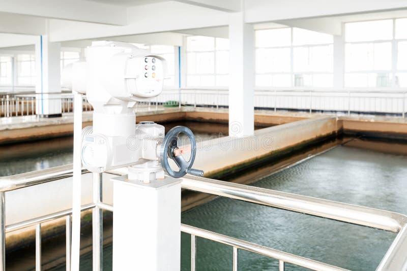 Usine urbaine moderne de traitement des eaux résiduaires photos libres de droits