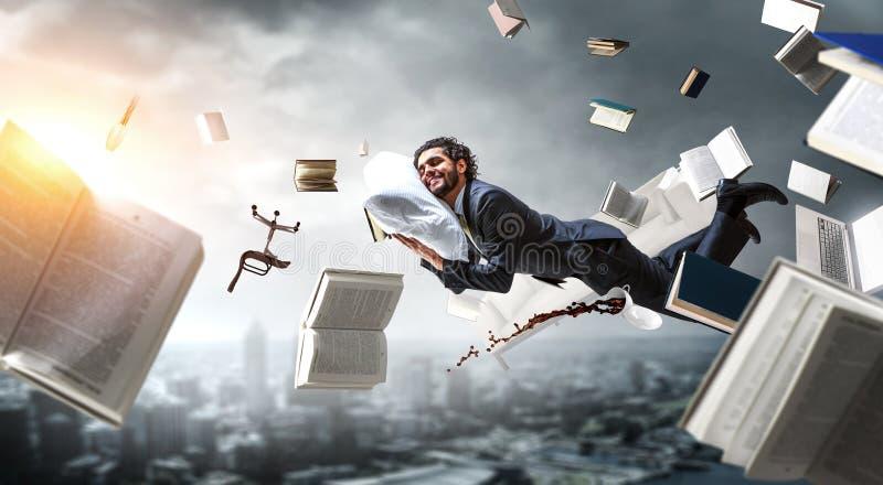 Usinessman sovraccarico che dorme sul cuscino Media misti fotografie stock libere da diritti