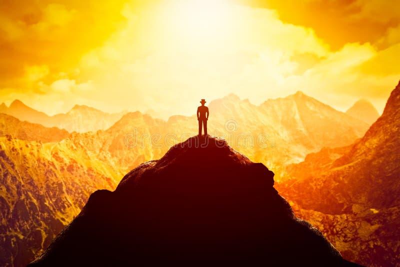 Usinessman w kapeluszu na szczycie góra Przedsięwzięcie gospodarcze, przyszłościowa perspektywa, sukces obraz stock