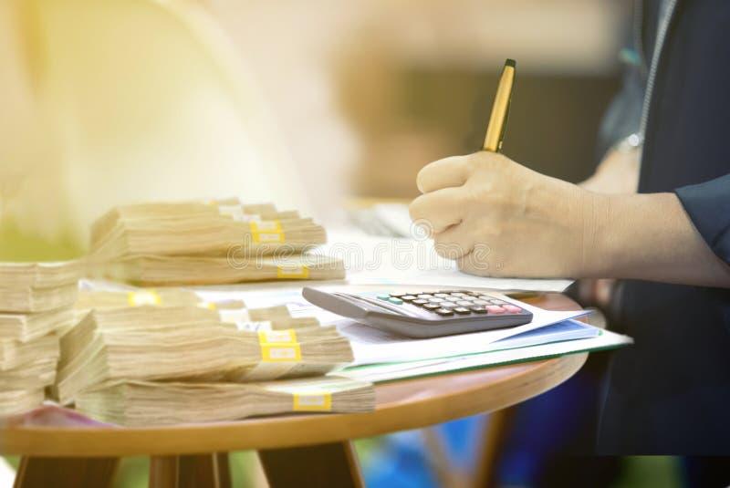 Usinessmen está assinando contratos financeiros um original oficial fotografia de stock