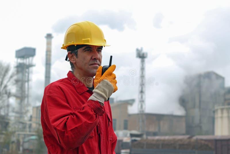Using Radio Communication för fabriksarbetare apparat royaltyfri bild