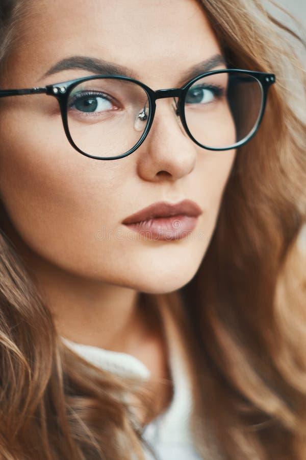 Uso alla moda del ritratto del primo piano del modello di occhiali trasparente fotografia stock