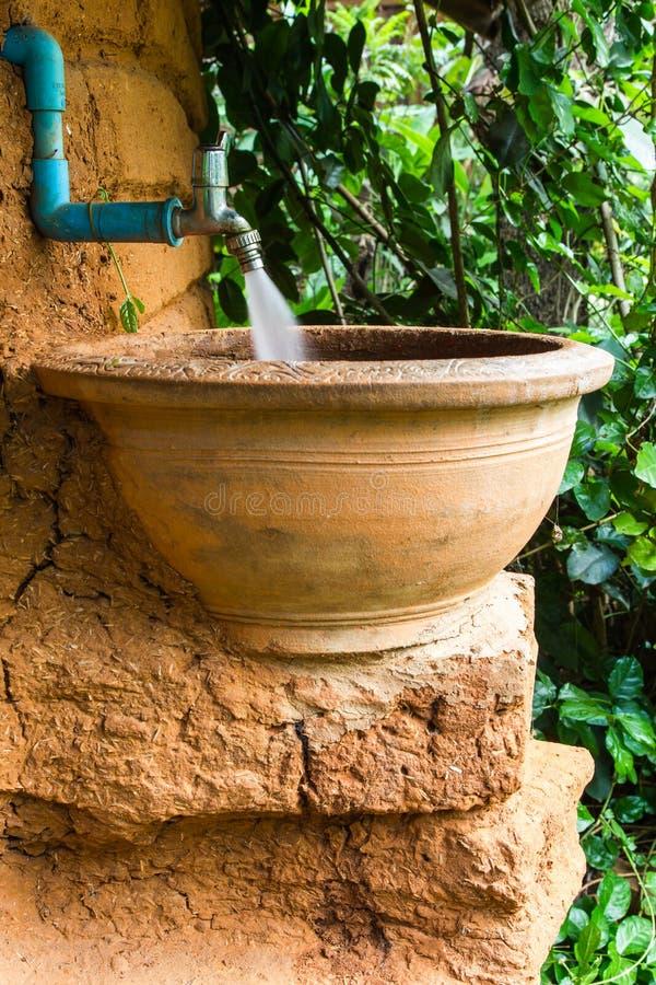 Uso antico del vaso per il lavabo fotografie stock
