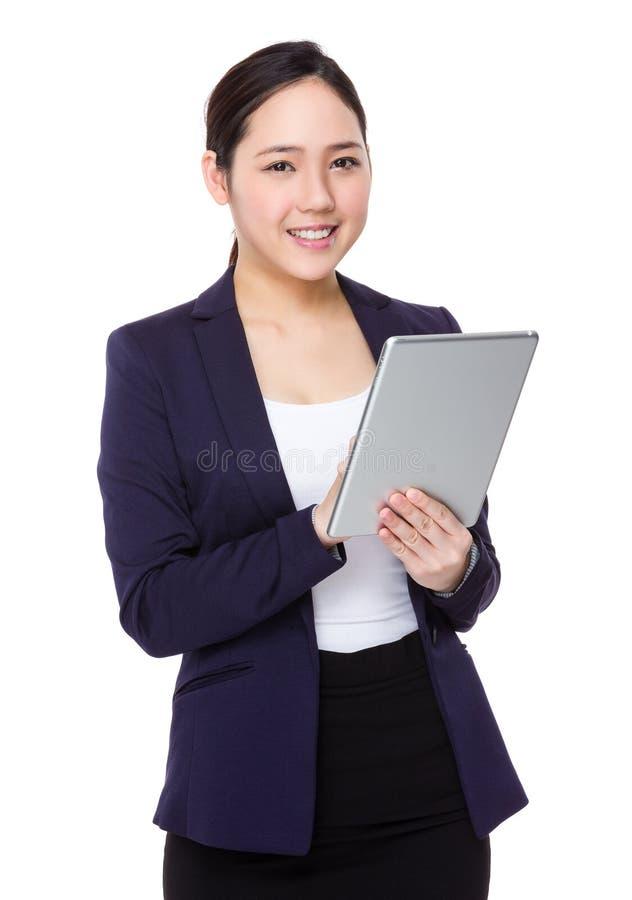 Uso asiático da mulher de negócios da tabuleta digital imagens de stock