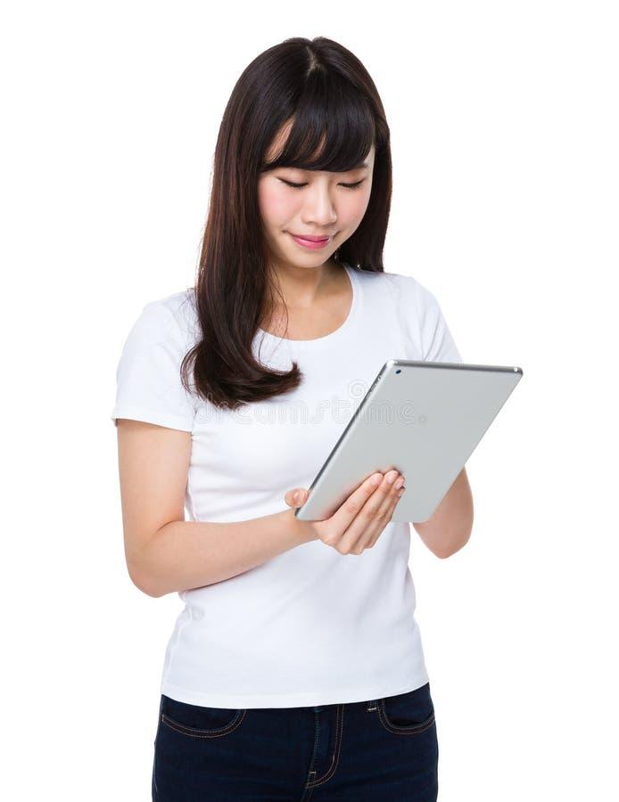 Uso asiático da mulher do PC da tabuleta fotos de stock royalty free