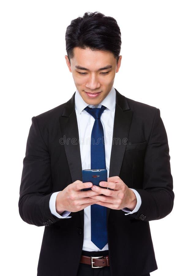 Uso asiático do homem de negócios do telefone celular fotos de stock royalty free