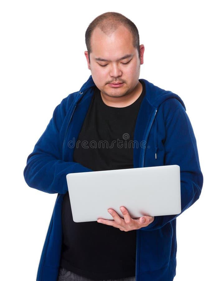 Uso asiático do homem do laptop foto de stock royalty free