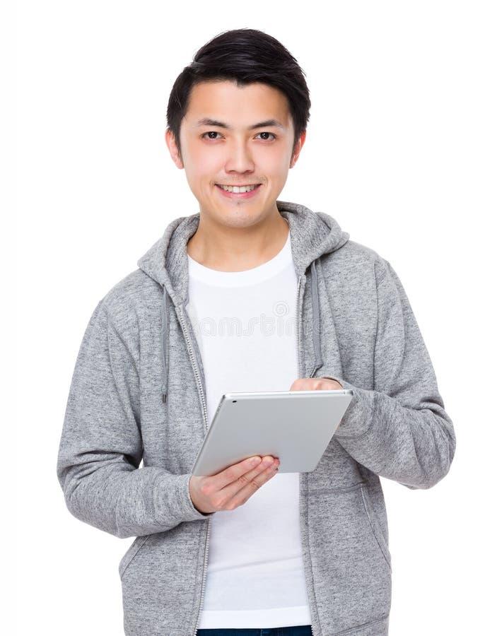 Uso asiático do homem do PC da tabuleta imagem de stock